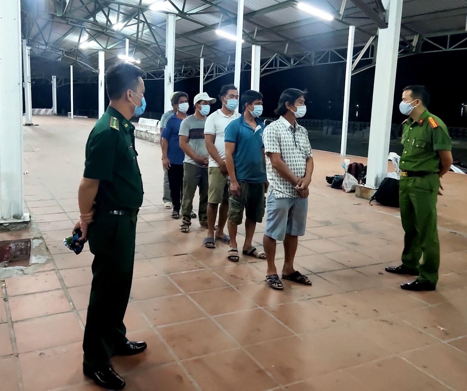 Trốn dịch COVID-19, 6 thanh niên đi bộ theo đường biển từ Đà Nẵng ra Huế - 1