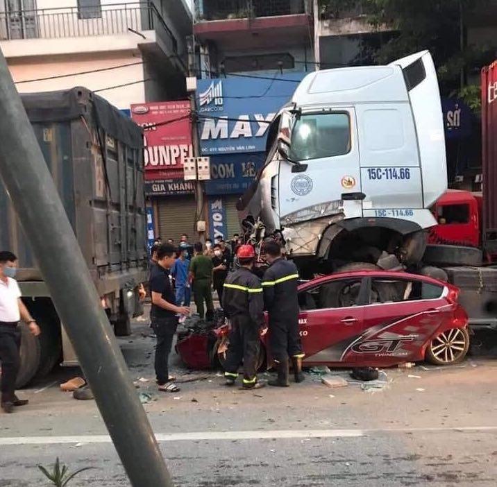 Ám ảnh hiện trường vụ tai nạn xe container chèn ô tô chờ đèn đỏ, 3 người tử vong - 1