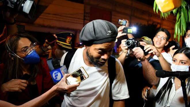 Ronaldinho sắp được trả tự do, về làm hàng xóm Messi ở Barcelona - 1