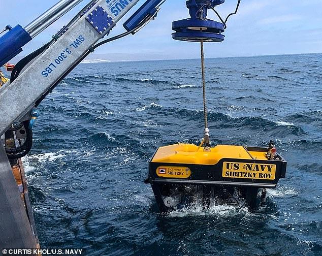 Mỹ tìm thấy xe bọc thép chìm và nhiều thi thể quân nhân dưới 100 mét nước - 1