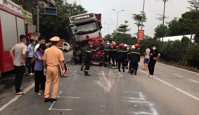 Tài xế lái xe container chèn ô tô chờ đèn đỏ khai nguyên nhân gây tai nạn - 1