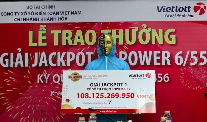 Chủ nhân Jackpot hơn 108 tỉ trùm kín áo chống virus đi nhận giải - 1