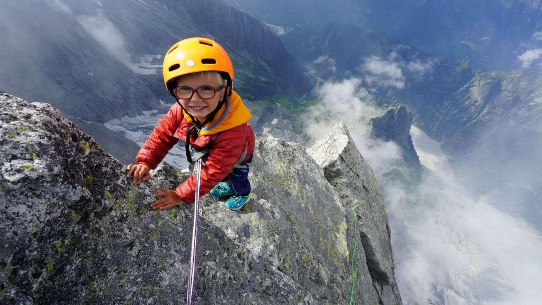Choáng với tuổi của người trẻ nhất thế giới chinh phục đỉnh núi trên 3.000 mét - 1