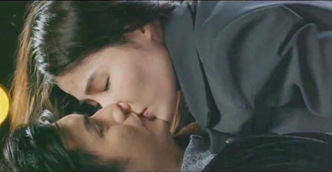 """Trong tập 34 phim """"Tình yêu và tham vọng"""", Diễm My 9X và Nhan Phúc Vinh có cảnh hôn ngọt ngào. Trả lời báo chí, người đẹp sinh năm 1990 cho biết, nụ hôn trên phim trông nhẹ nhàng, lãng mạn nhưng thực tế cô và đồng nghiệp khá chật vật khi quay."""