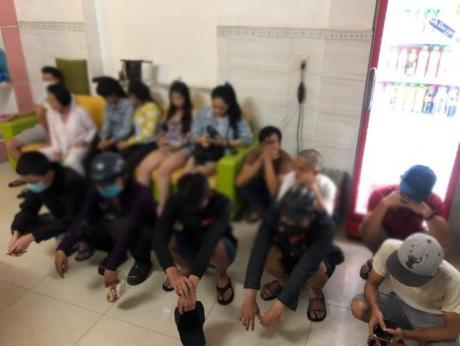 Khoảng tối trong nhà nghỉ Tú Sương và Mạnh Dũng ở quận Bình Tân - 1