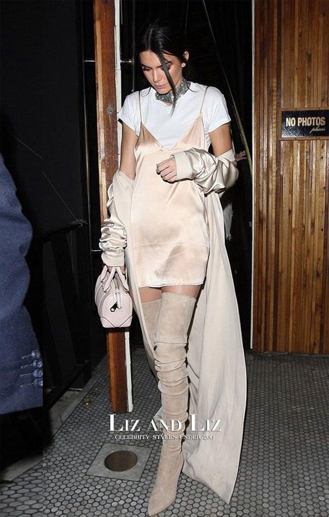 Dù với outfit này không xảy ra sự cố nhưng trông nữ người mẫu vẫn xuề xòa, kém sang.
