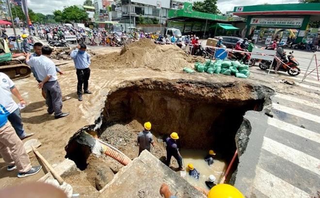 """Lộ nguyên nhân """"hố tử thần"""" khổng lồ xuất hiện ở Sài Gòn sau trận mưa lớn - 1"""