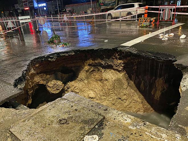 """Sau trận mưa như trút nước, mặt đường ở Sài Gòn bất ngờ sụp lún tạo """"hố tử thần"""" - 1"""