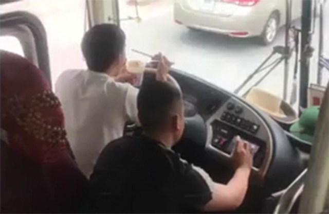 """Vừa lái xe khách vừa ăn mì tôm, tài xế nhận """"trái đắng"""" - 1"""