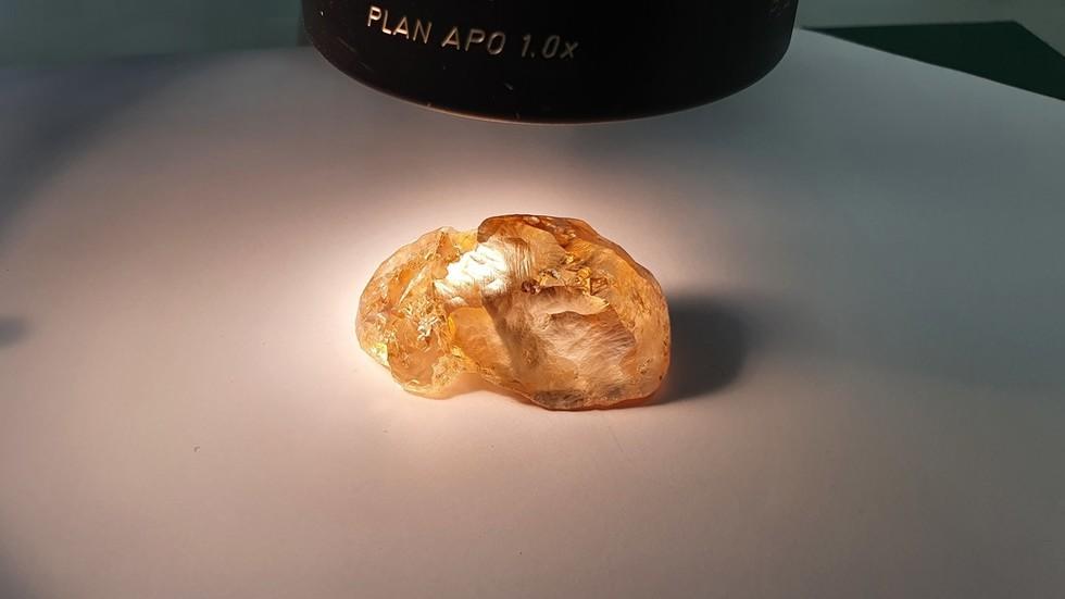 Đào được viên kim cương màu hổ phách lớn chưa từng thấy ở Nga - 1