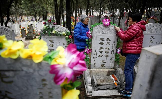 Một công ty nhỏ ở thành phố Thiên Tân, Trung Quốc hiện đang cung cấp dịch vụ tảo mộ và khóc thuê vào ngày lễ Thanh Minh.