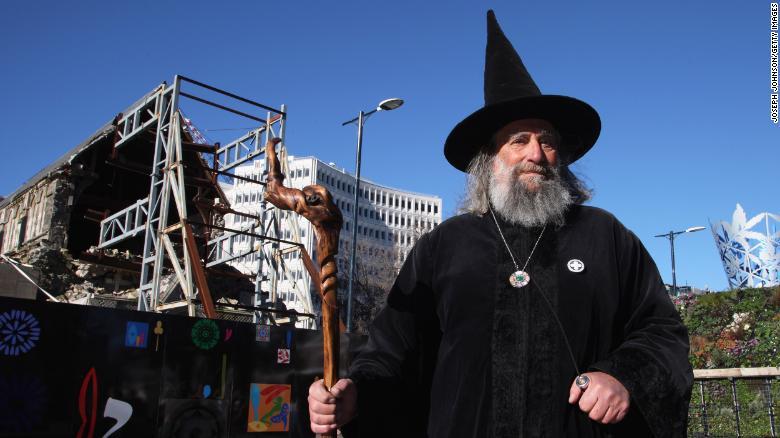 """Người đàn ông làm phù thủy do thủ tướng """"năn nỉ"""", mỗi năm hưởng lương 10.000 USD - 1"""