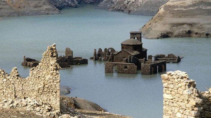 Thị trấn ma ở Ý đột nhiên nổi lên mặt nước, để lộ những ngôi nhà có từ thế kỷ 13 - 1
