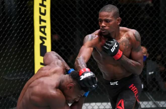 """Mãn nhãn UFC: Võ sĩ tung cú đấm """"tia chớp"""", đối thủ bị bay """"vật thể lạ"""" - 1"""