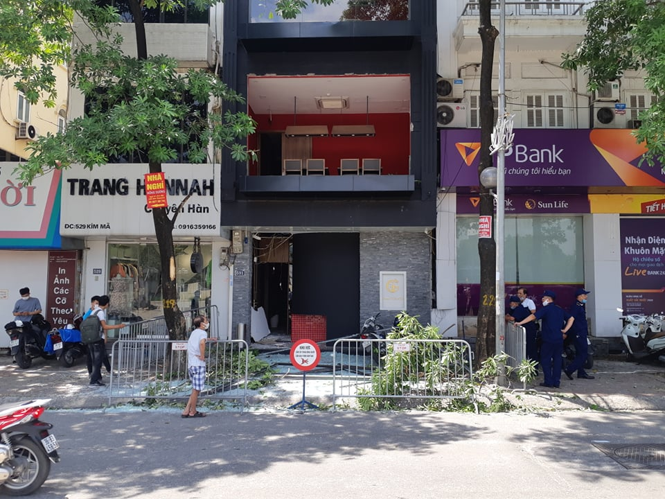 Nổ lớn trên phố Hà Nội, 3 người bị thương, taxi thủng nóc - 1
