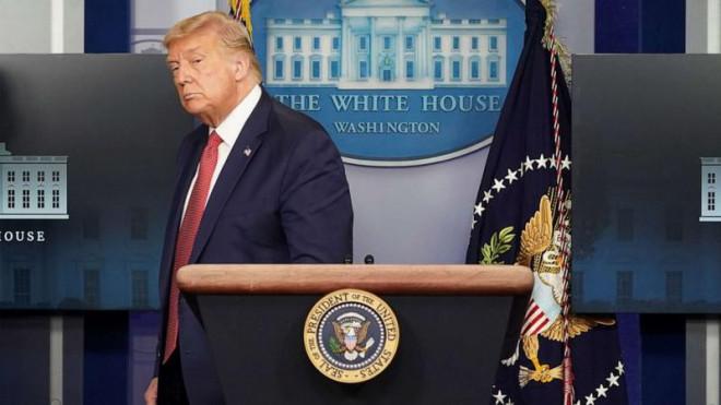 Nổ lớn ngoài Nhà Trắng, ông Trump được đưa khỏi phòng họp báo - 1