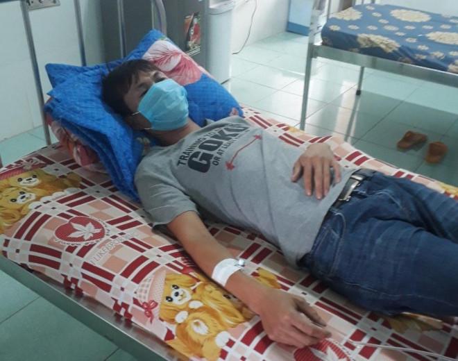 Bác sĩ, điều dưỡng bị 7 người đi cùng bệnh nhân tấn công - 1