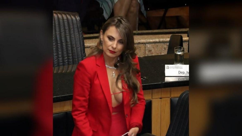 """Nữ nghị sĩ Brazil gây tranh cãi vì đến nghị trường với bộ váy lộ vòng một """"khủng"""" - 1"""