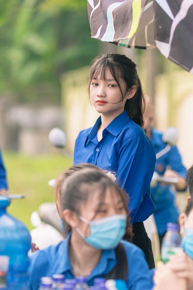 """Tiếp sức mùa thi THPT Quốc gia 2020, nữ sinh Nghệ An """"gây bão"""" vì quá xinh - 1"""