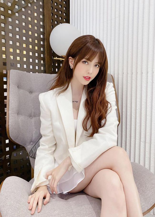 Thiều Bảo Trâm nổi tiếng với vẻ ngoài xinh đẹp, thân hình quyến rũ. Cô còn được nhắc đến là bạn gái tin đồn của Sơn Tùng M-TP.