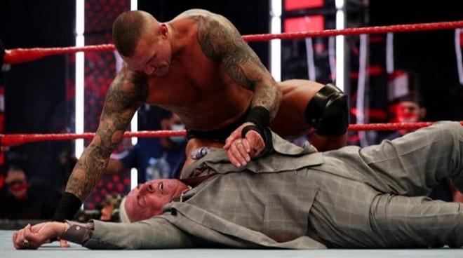 """Lực sĩ 71 tuổi """"yêu"""" 10.000 mỹ nhân, bị cao thủ WWE đánh vào """"chỗ hiểm"""" - 1"""