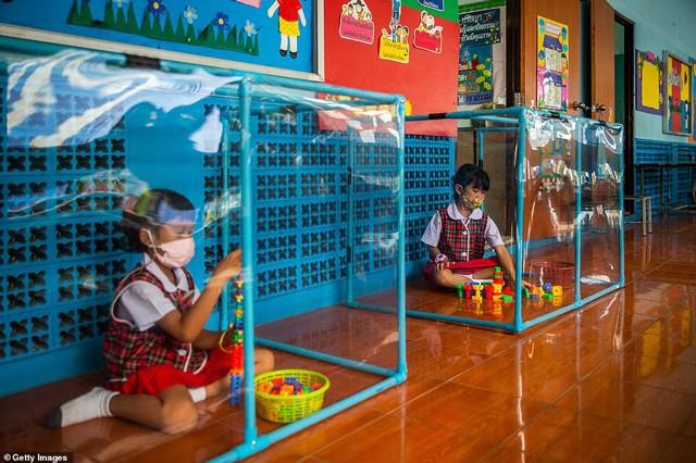 Trường mẫu giáo cách ly nghiêm ngặt nhất TG: Học sinh chơi trong hộp nhựa, học trong lồng kính - 1