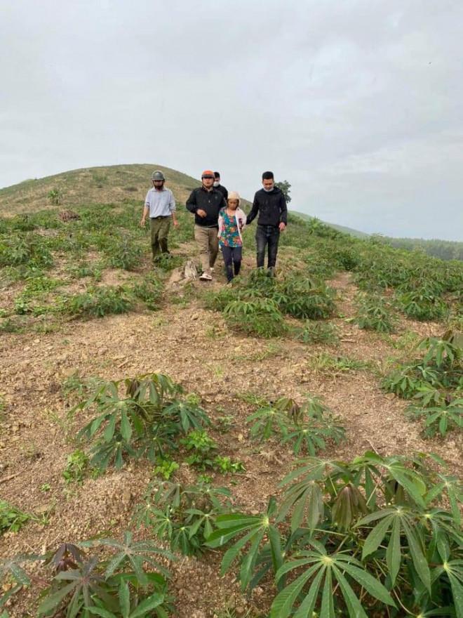Clip: Công an vây bắt người phụ nữ bị truy nã giữa đồi vắng - 1
