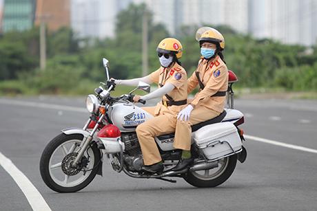 Ngỡ ngàng với kỹ năng điều khiển mô tô của đội nữ CSGT dẫn đoàn đầu tiên - 24