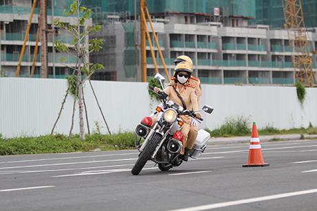 Ngỡ ngàng với kỹ năng điều khiển mô tô của đội nữ CSGT dẫn đoàn đầu tiên - 25