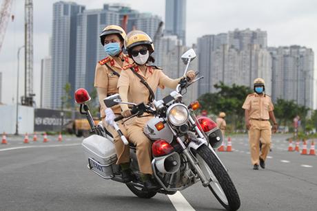 Ngỡ ngàng với kỹ năng điều khiển mô tô của đội nữ CSGT dẫn đoàn đầu tiên - 27