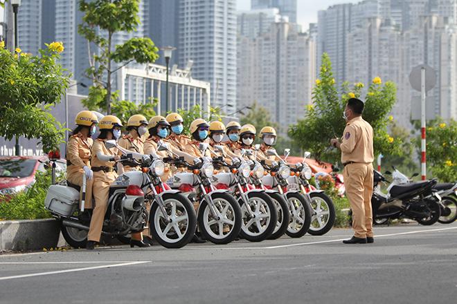 Ngỡ ngàng với kỹ năng điều khiển mô tô của đội nữ CSGT dẫn đoàn đầu tiên - 4