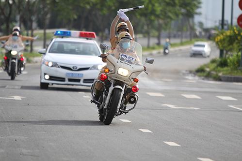 Ngỡ ngàng với kỹ năng điều khiển mô tô của đội nữ CSGT dẫn đoàn đầu tiên - 6