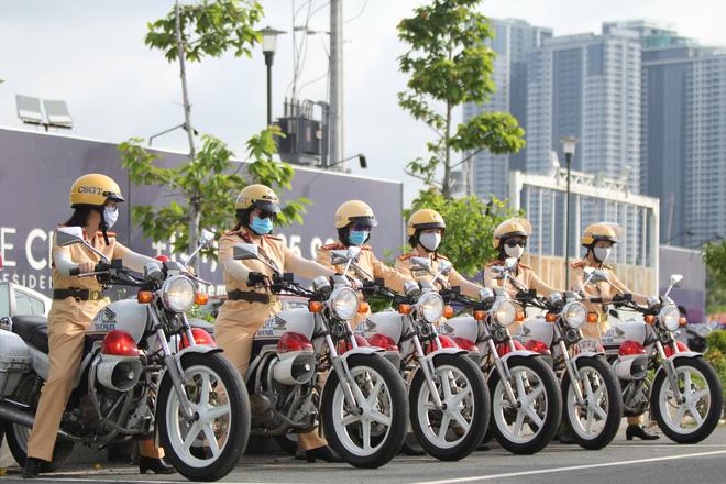 Ngỡ ngàng với kỹ năng điều khiển mô tô của đội nữ CSGT dẫn đoàn đầu tiên - 3