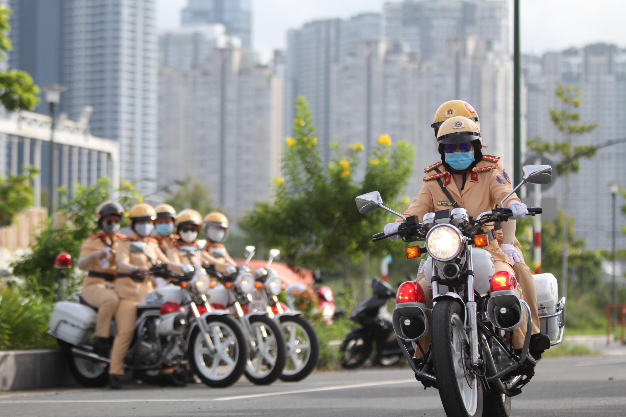 Ngỡ ngàng với kỹ năng điều khiển mô tô của đội nữ CSGT dẫn đoàn đầu tiên - 22