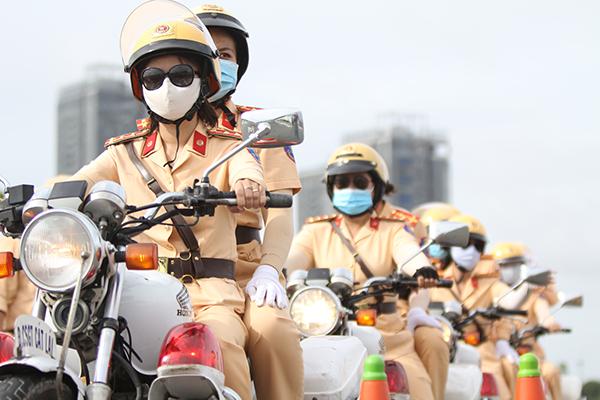 Ngỡ ngàng với kỹ năng điều khiển mô tô của đội nữ CSGT dẫn đoàn đầu tiên - 29