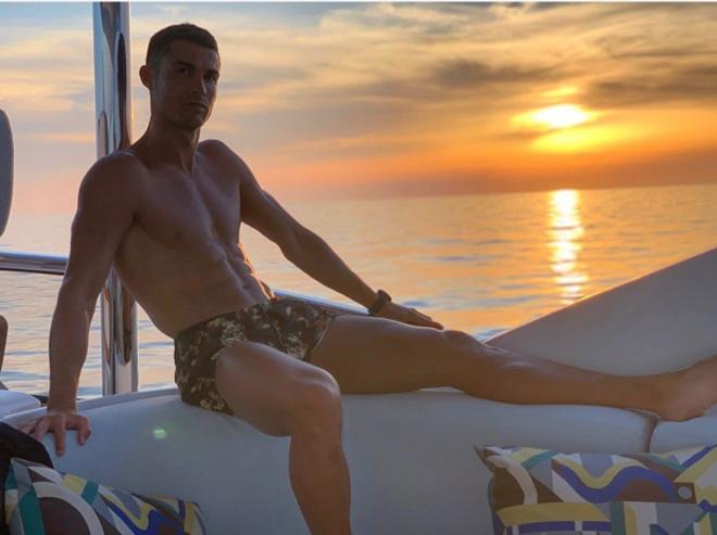 Ronaldo mặc kệ tin đồn khoác áo Barca: Mải mê du hí cùng cô bồ rực lửa - 1