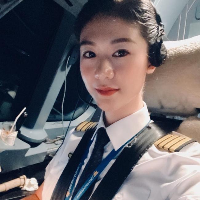 Huỳnh Lý Đông Phương là cái tên đã được nhiều người biết đến với vai trò là nữ phi công đầu tiên của hãng hàng không nổi tiếng Việt nam. Sau khi hủy hôn với Trương Thế Vinh, người đẹp sinh năm 1987 lên xe hoa với chồng Việt kiều vào cuối tháng 12.2016.