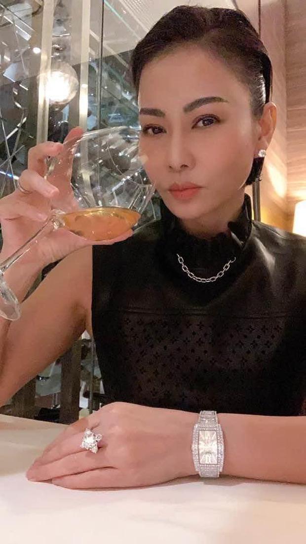 Thu Minh khoe đồng hồ và nhẫn kim cương bạc tỷ, khối tài sản thật sự mới đáng nể - 1