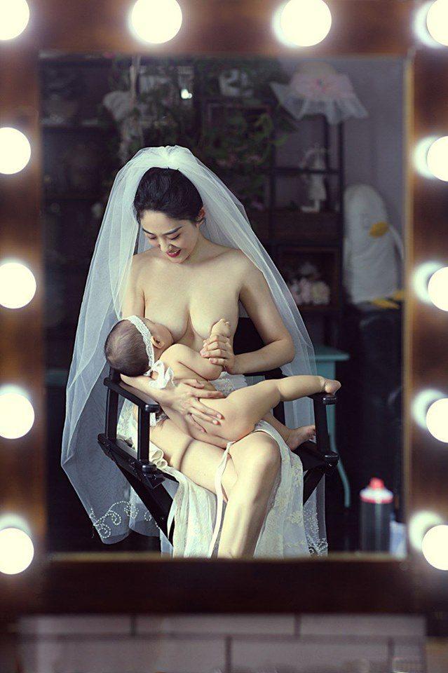 """Khoảnh khắc cô dâu ngực trần cho con bú, dân mạng """"Bố đứa trẻ thật là hạnh phúc"""" - 2"""