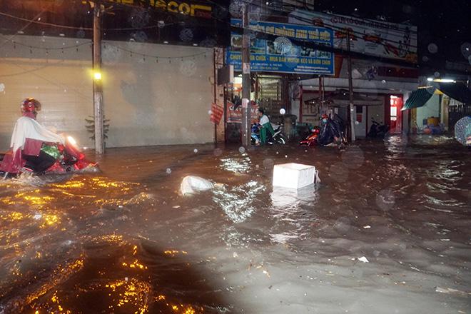 Người Sài Gòn vật lộn với nước ngập trên đường lúc nửa đêm - 1