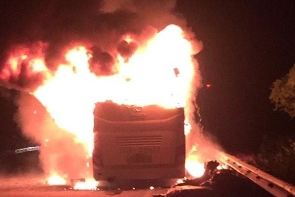 Xe khách giường nằm bốc cháy dữ dội - 1