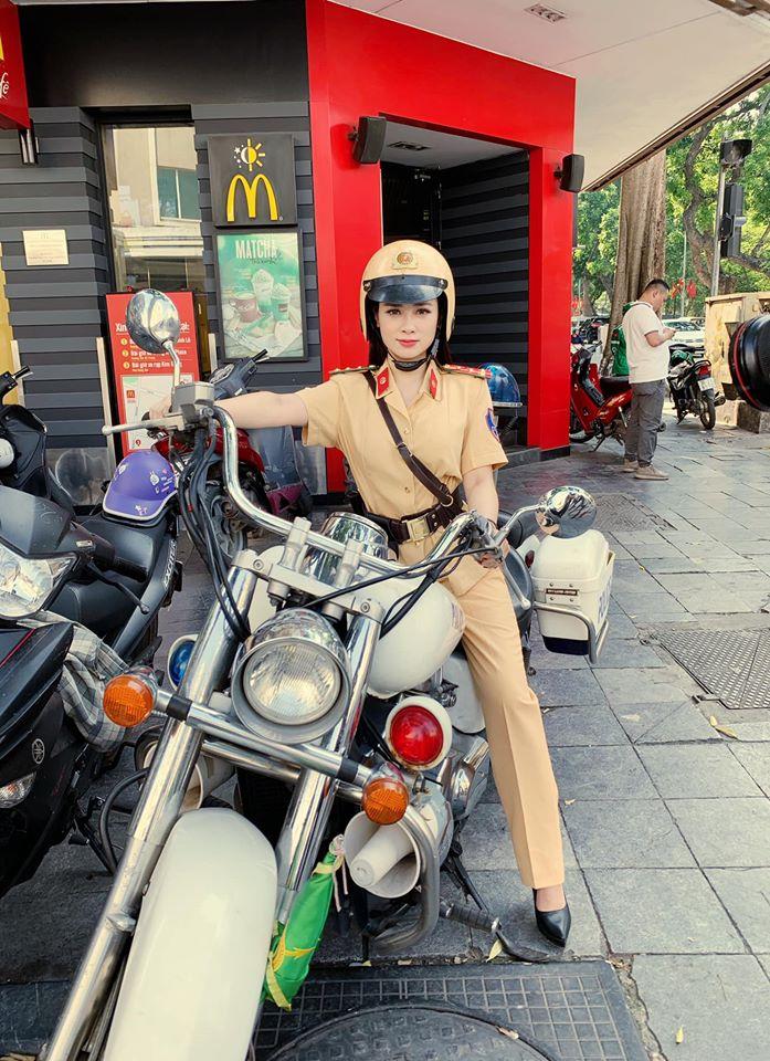 """Nữ """"cảnh sát giao thông"""" gây bão mạng khoe nhan sắc thật trên sóng truyền hình - 1"""