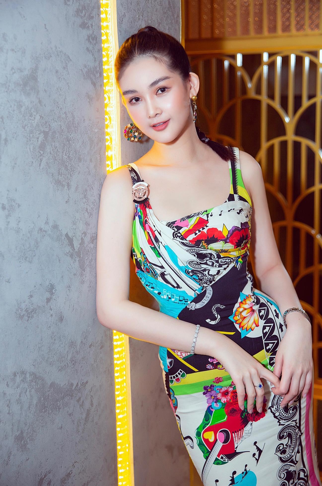 """""""Nữ giảng viên hot nhất showbiz Việt"""" quyến rũ với đồ hiệu phủ kín người - 1"""