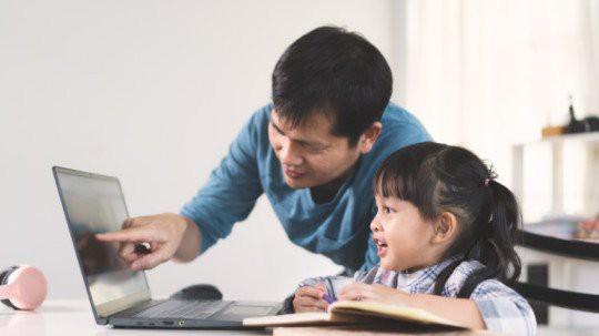 """Tranh cãi việc các trường tư cho học sinh lớp 1 học online: """"Chưa biết chữ học kiểu gì?"""" - 1"""