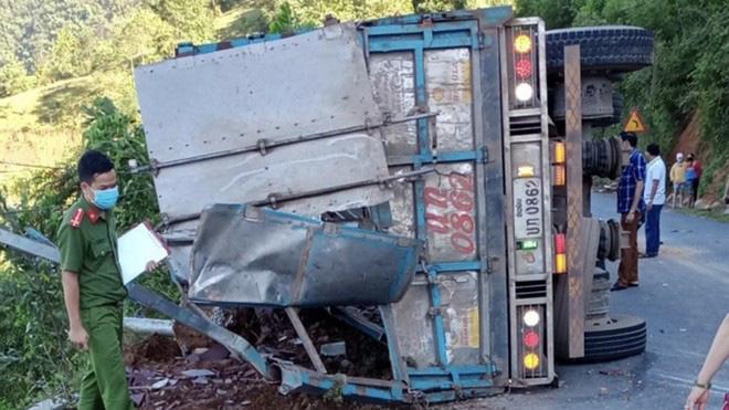 Xe tải lật khi đổ đèo, 2 mẹ con tử vong - 1