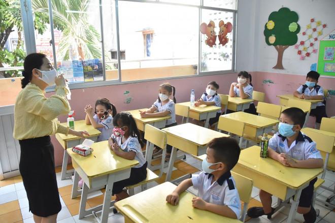 Tuyển sinh lớp 1 ở TP HCM: Phá chuẩn sĩ số để nhận đủ học sinh - 1