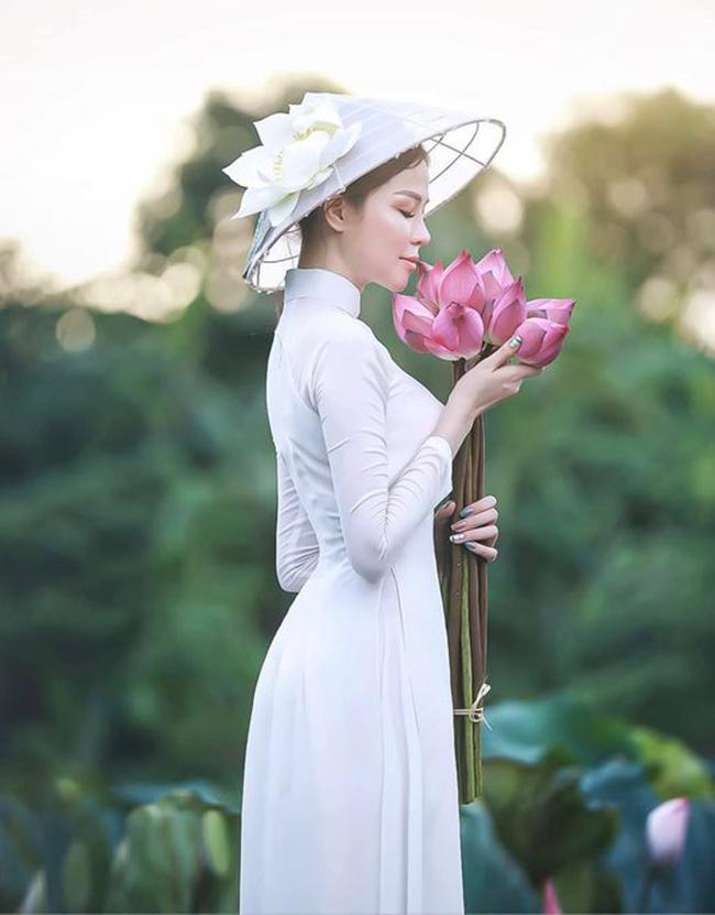 Vào năm ngoái Đào Lan Phương cũng về Việt Nam vào đúng mùa sen nở rộ.