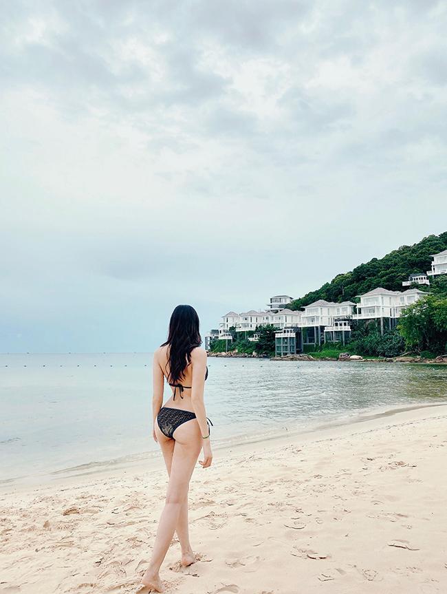 Diện trang phục bikini gợi cảm, người đẹp khiến bao ánh mắt phải xao xuyến trầm trồ.