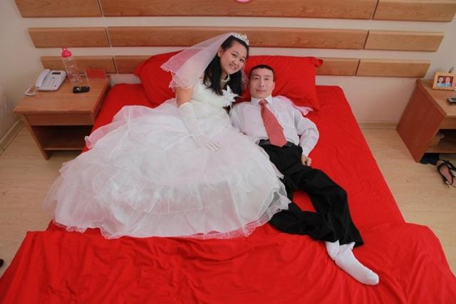 Chú rể chỉ nằm im khi chụp ảnh cưới, sự thật phía sau khiến ai cũng bất ngờ - 1