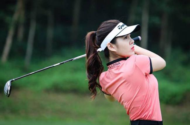 Mặc ngắn cũn, gợi cảm, người đẹp Việt biến sân golf thành sàn diễn - 1